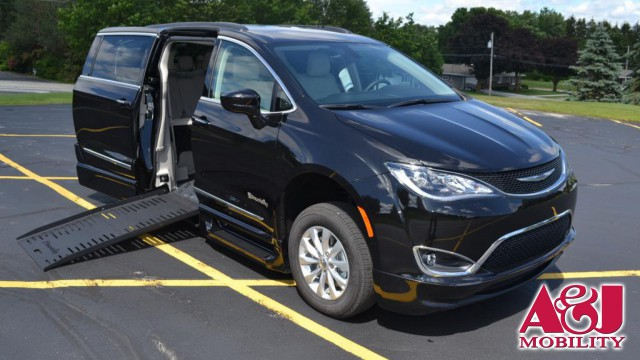 2017 Chrysler Pacifica BraunAbility BraunAbility Pacifica Foldout XT Wheelchair Van For Sale