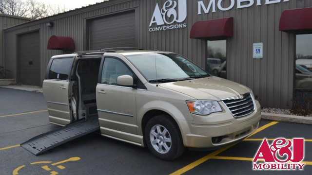 2010 Chrysler Town and Country BraunAbility Chrysler Entervan II Wheelchair Van For Sale