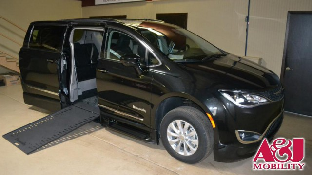 2018 Chrysler Pacifica BraunAbility BraunAbility Pacifica InFloor Wheelchair Van For Sale