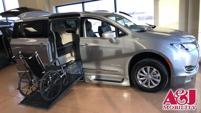 2018 Chrysler Pacifica BraunAbility BraunAbility Pacifica Foldout XT Wheelchair Van For Sale