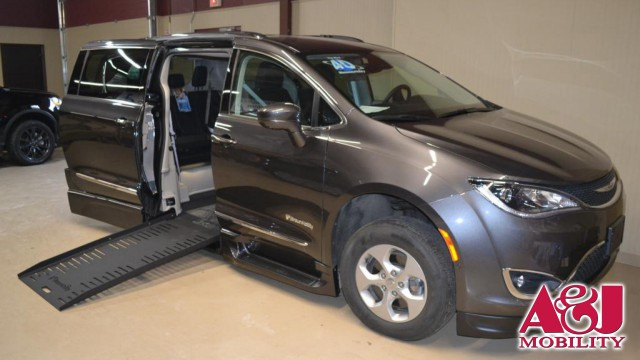 Used 2017 Chrysler Pacifica.  ConversionBraunAbility Chrysler Entervan XT