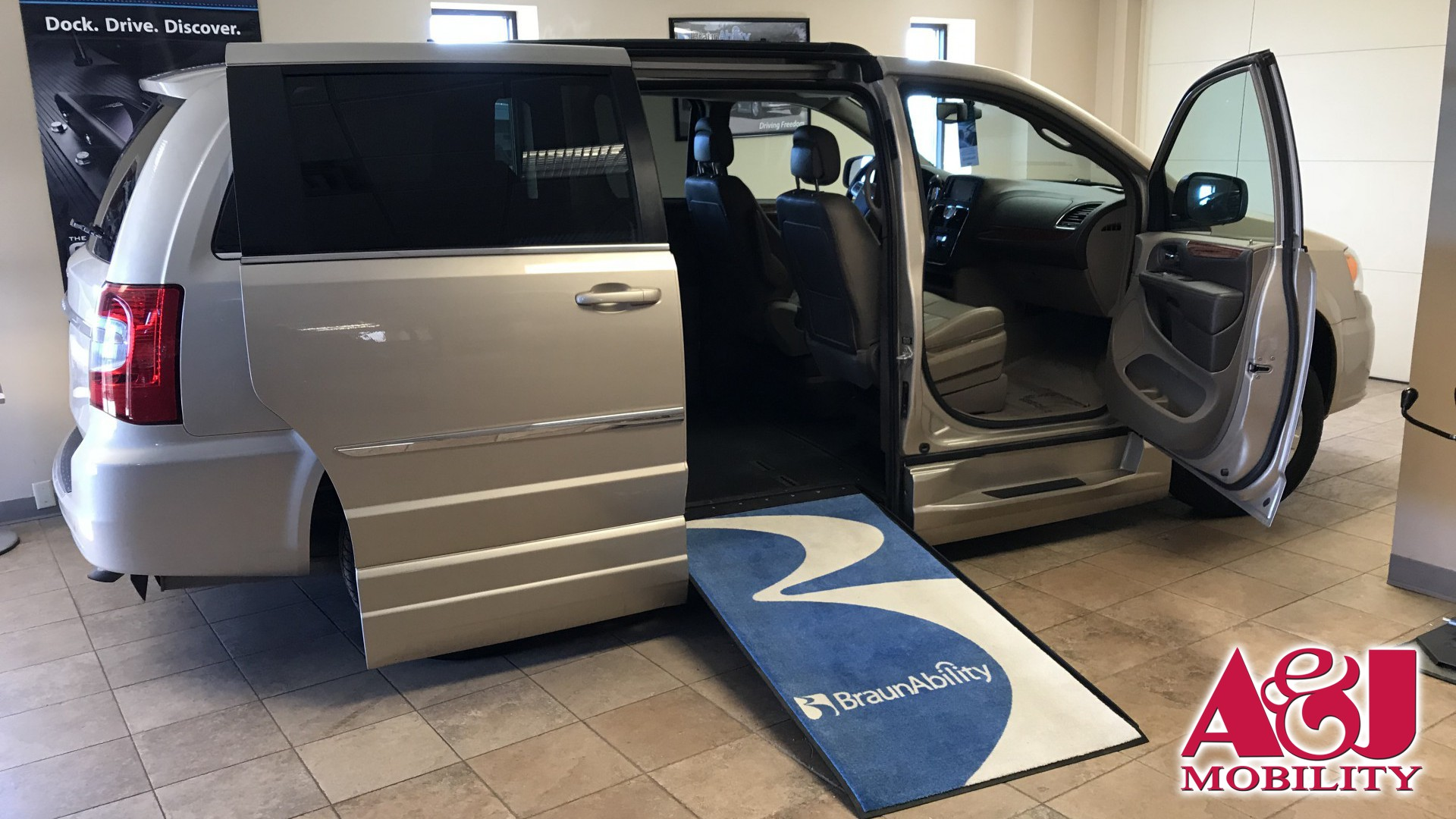 2015 Chrysler Town and Country | Conversion: BraunAbility Chrysler Entervan Xi Infloor