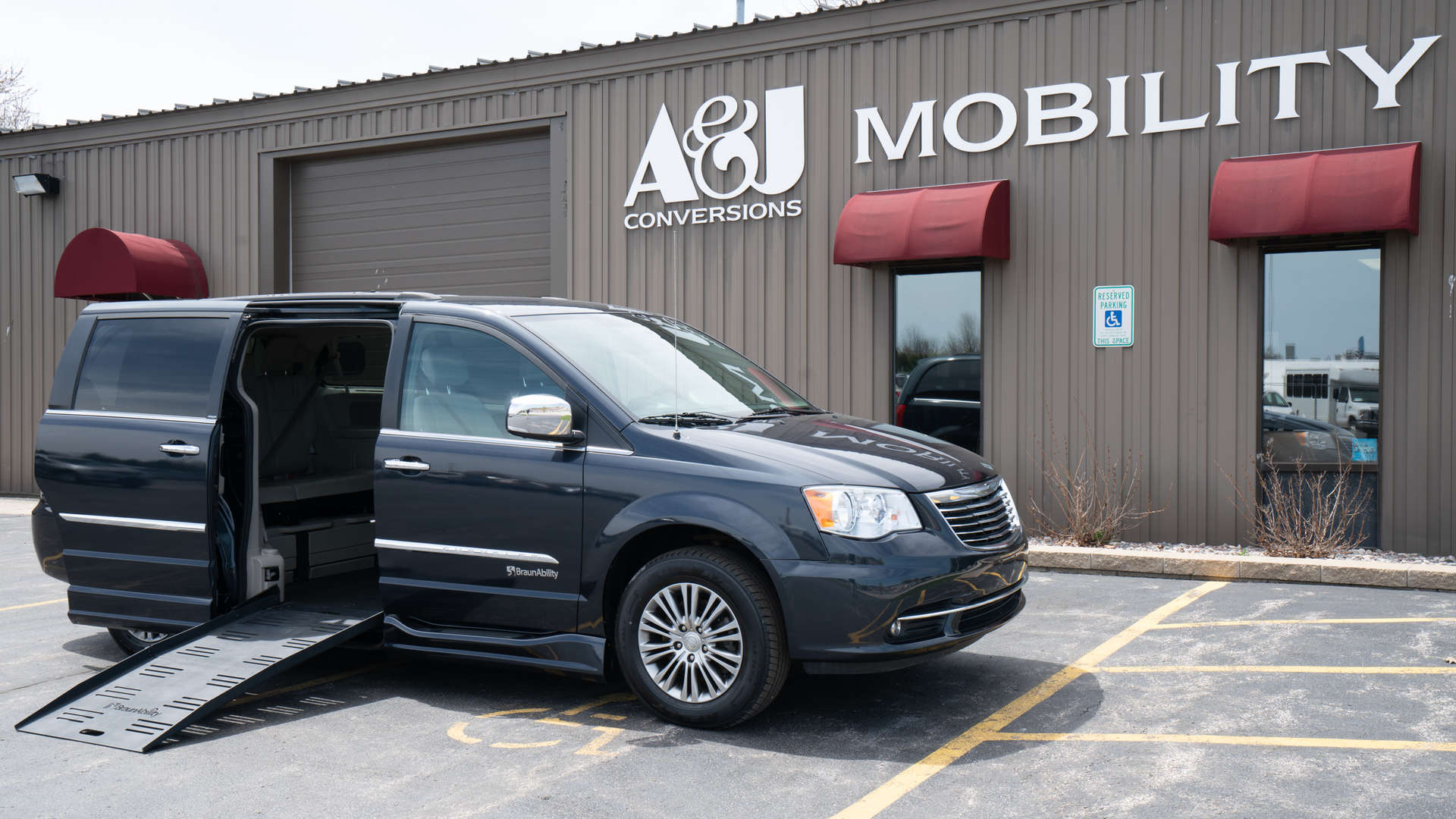 2014 Chrysler Town and Country | Conversion: BraunAbility Chrysler Entervan II