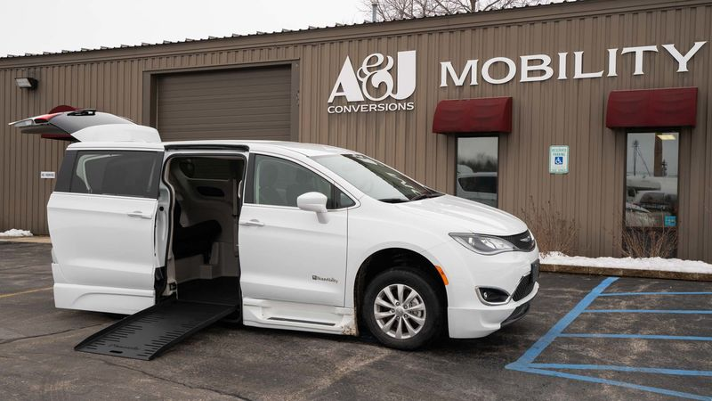 Used 2018 Chrysler Pacifica.  ConversionBraunAbility Chrysler Pacifica Foldout XT