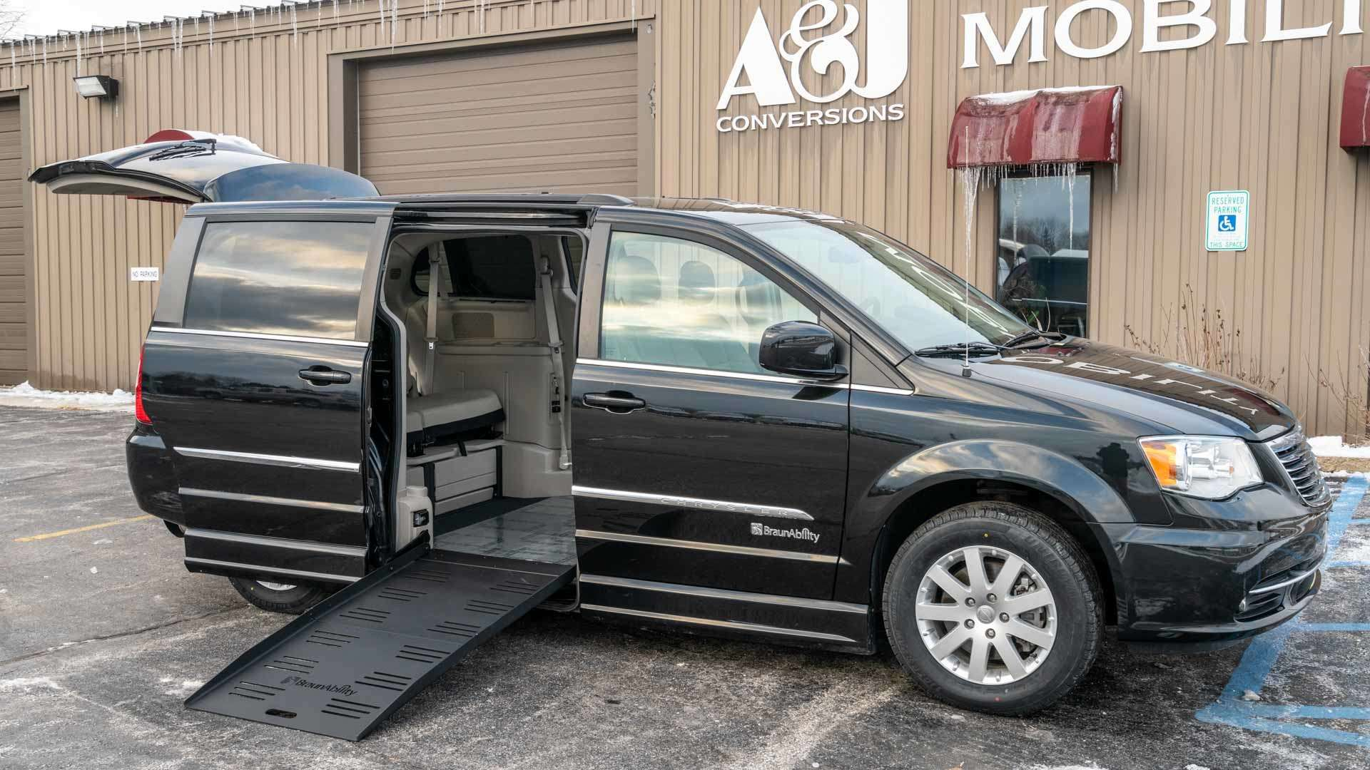 2016 Chrysler Town and Country | Conversion: BraunAbility Chrysler Entervan II