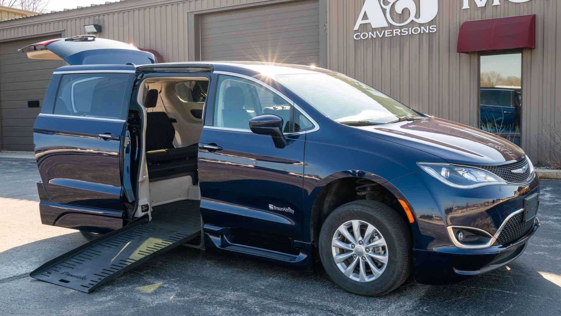 2018 Chrysler Pacifica | Conversion: BraunAbility Chrysler Pacifica Foldout XT