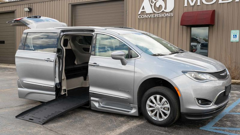 Used 2019 Chrysler Pacifica.  ConversionBraunAbility Chrysler Pacifica Foldout XT